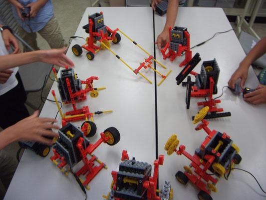 自分の組み立てたロボットでバトル大会。女の子も楽しそうに参加しています!