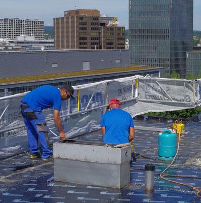 Erneuerung der Flachdachabdichtung vor der Installation der Photovoltaikanlage