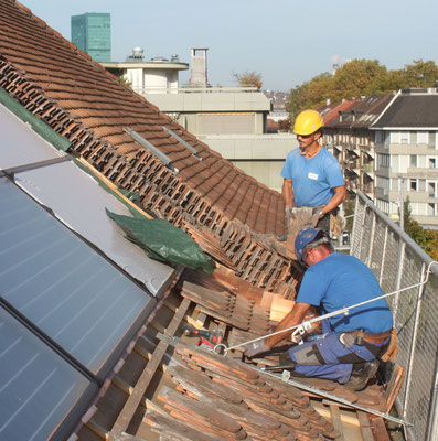 Solaranlage mit Solarthermie für die Warmwasserbereitung und Anpassung des Ziegeldaches