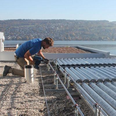 Solarthermie Anlage mit Röhrenkollektoren für die Warmwasserbereitung