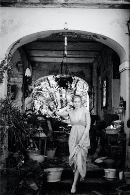 Dirk Brzoska Fotografie 2016 in schwarzweiss - Frau mit blonden Haaren steigt die Treppe einer Villa mit  toskanischen Ambiente herab