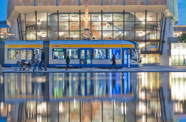 Straßenbahn der LVB vor dem Gewandhaus Leipzig - © Dirk Brzoska