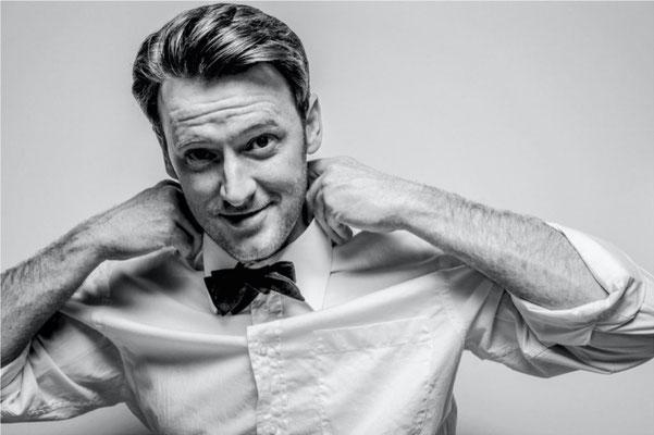 Dirk Brzoska Fotografie 2016 in schwarzweiss - Norman Reinhardt ein amerikanischer Tenor in weissem Hemd mit Binder Krawatte