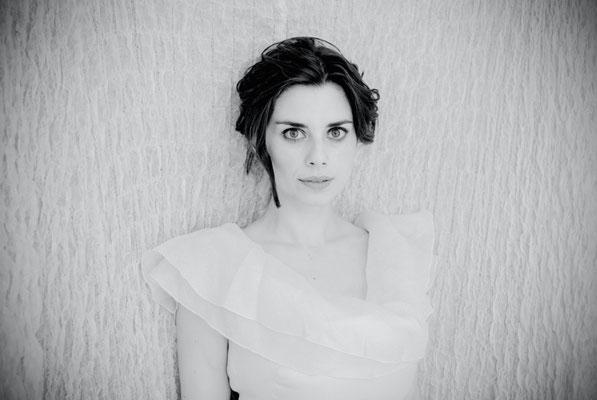 Dirk Brzoska Fotografie 2016 - Soula Parassidis - Opernsängerin aus Kanada in einem weissen Kleid