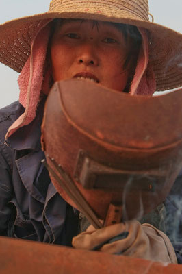 Frau schweisst Fischerboot Nahe Nanjing / China - Reportage für BILD - © Dirk Brzoska