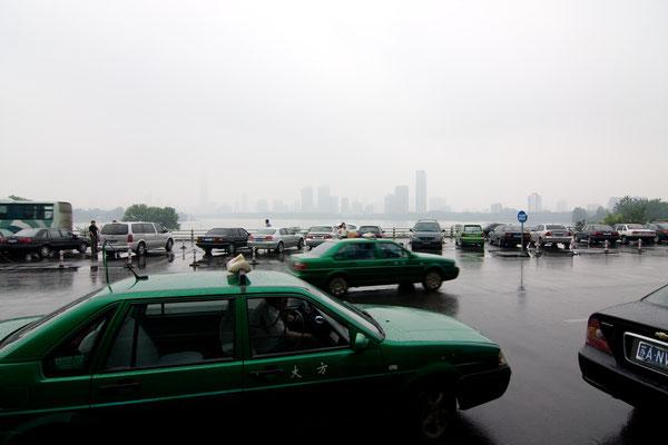 Taxi mit Skyline von Nanjing - © Dirk Brzoska