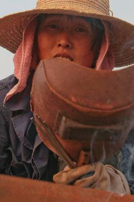 Frau schweisst Fischerboot nahe Nanjing / China - Reportage für BILD - © Dirk Brzoska - Fotograf aus Leipzig