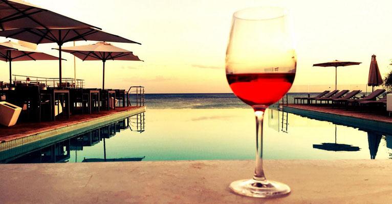 Tanzreisen für Tango Argentino | Winter-Tangoreise in den Orient | Pool mit Weinglas | TangoMio Tangoreisen | copyright NOSOLOTANGO Travel