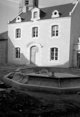 Construction de la fontaine en granit