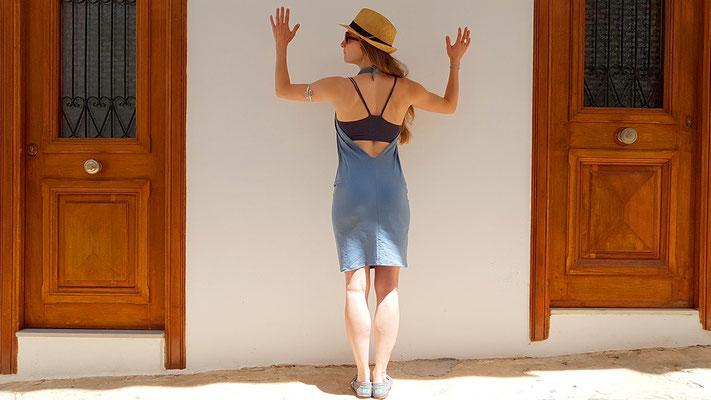 als rückenfreies Kleid mit Wasserfallausschnitt