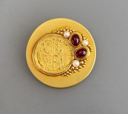Goldbrosche mit Goldmünze von Otto Hahn / Bielefeld