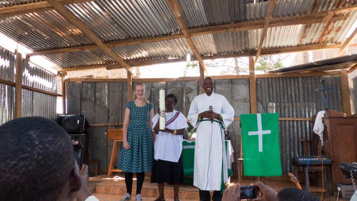 Jedes der fünf Dörfer der Gemeinde Ngwelo erhielt diese Luther-Kerze als Gastgeschenk