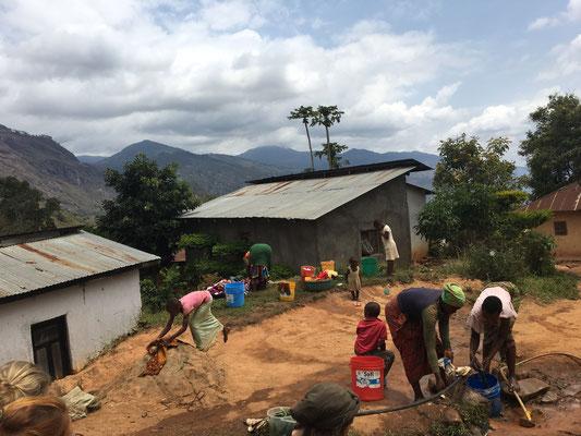 Direkt neben dem Bauplatz liegt die Wasserleitung des Dorfes.