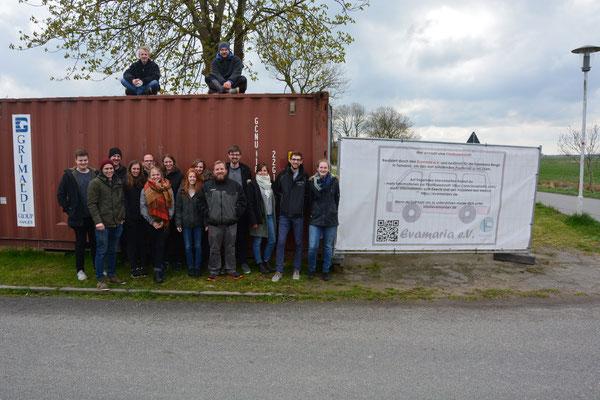 Die Mitglieder des Evamaria e.V. vor dem Seecontainer, der nach und nach zur Plastik-Recycling-Werkstatt wird.