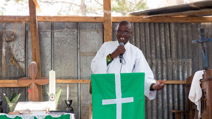 Pastor Shemagonga während des Gottesdienst