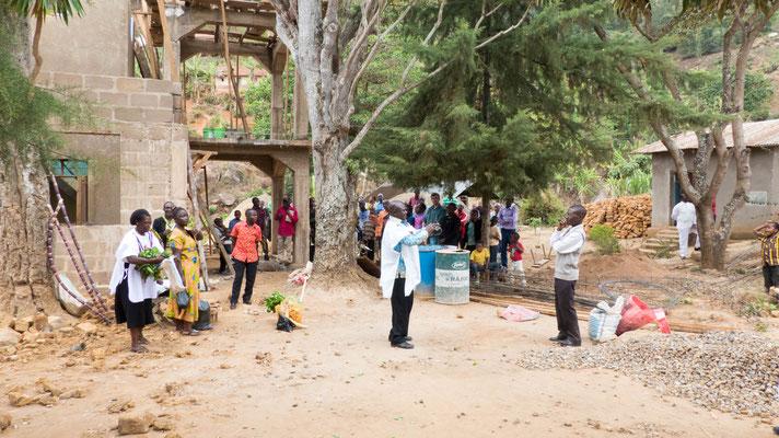 Nach dem Gottesdienst findet eine Auktion zu Gunsten der Kirche statt. In Tansania kann die Kirchensteuer in Naturalien gezahlt werden, diese werden dann versteigert.