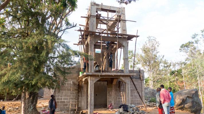 Im Dorf wird grade die Kirche vergrößert bzw. neu gebaut