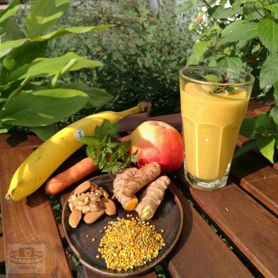 Frühstückssmoothy (Banane, Karotte, Apfel, Ingwer, Kurkuma, Walnüsse, Mandeln, Blütenpollen, Minze)