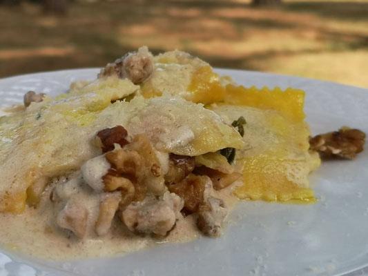 Tortellinis gefüllt mit Spinat an Parmesansauce mit Walnüssen