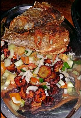 Salat mit Akolo (fritierte Kochbananenscheiben) und gebratenem Fisch