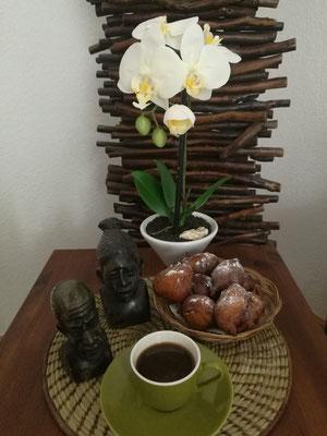 Süße Beignes mit Kardamon und Zimt und kräftiger Gewürzkaffee (afrikanisch)