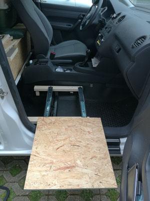 Ausziehbare Fläche für den Kühlschrank und einen 10L Wasserbehälter.