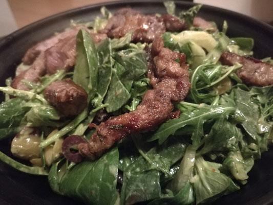Hasenfilet auf einem Roccola-Spinat Salat