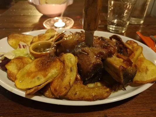 Butterweiche Wildscheinhaxe an einer Knoblauch-Rosmarinsauce mit knackigen Röstkartoffeln