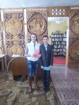 Вядучая свята Анастасія Цярпілка з пераможцам турніру Уладзіславам Данілавым