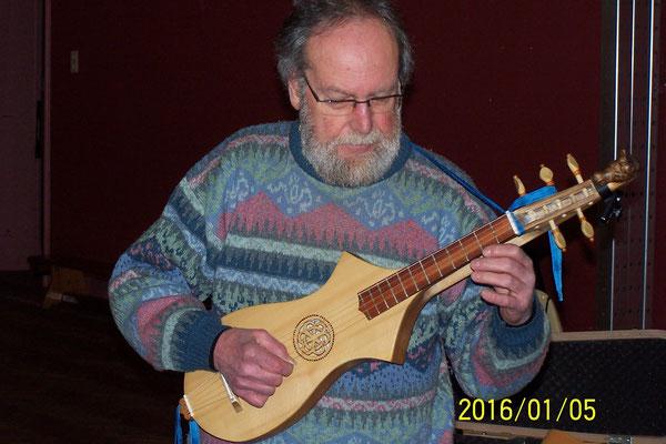 Démonstration de citole par notre musicien - luthier Jean BERTIAUX