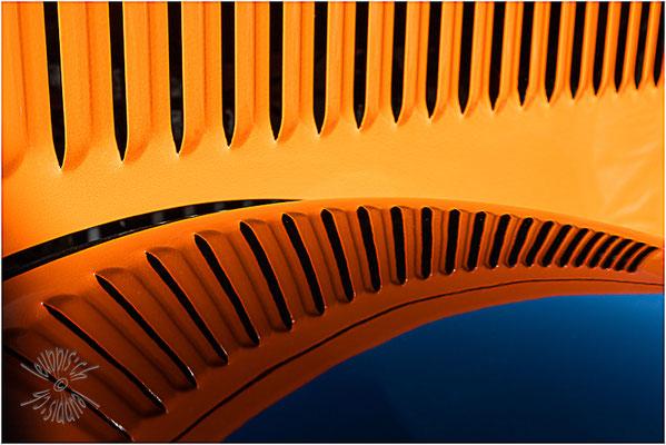 Spiegelung im rechten vorderen Kotflügel des Berna 4U