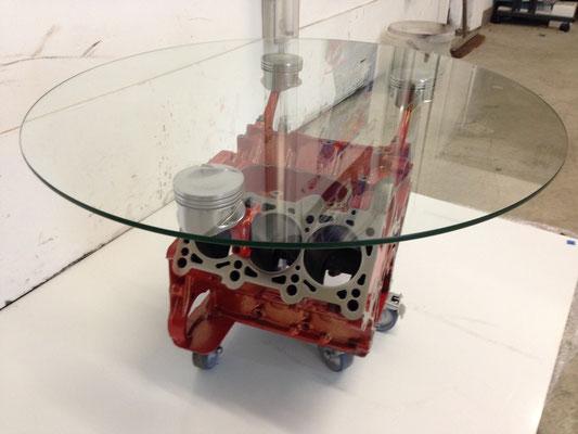 Ein Motorblock Glastisch