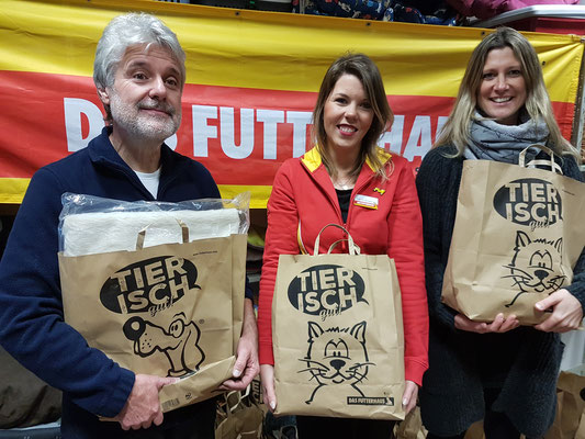 von rechts: Simone, Marktleitung Saskia Burtscheidt, Werner
