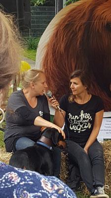 Tierheimmitarbeiterin Gritt Matthiesen mit Simone Sombecki