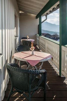 Balkon mit Ausblick auf die Chiemgauer Berge