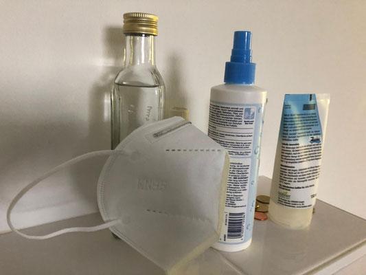 So sieht es im Moment bei mir im Bad aus. Desinfektionsmittel und Mundschutz immer zur Hand. 22.04.20 Foto: Susann Barczikowski