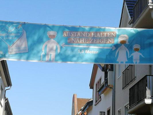 Die Stadt Bad Nauheim bittet darum, Abstand zu halten, Bannerhängung am 21.04.2020 in der oberen Stresemannstraße.  Foto: Petra Ihm-Fahle