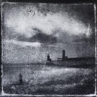 FÉCAMP - P : Phares et Jetées, Monotype, tirage au charbon direct, bichromie, 2020. Format image 15x15cm sous passe-partout 30x30cm. ©Annick Maroussy Amy
