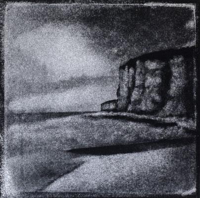 FÉCAMP - Les Grandes Dalles, Plage et Falaise, Monotype, tirage au charbon direct, bichromie, 2020. Format image 15x15cm sous passe-partout 30x30cm.  ©Annick Maroussy Amy