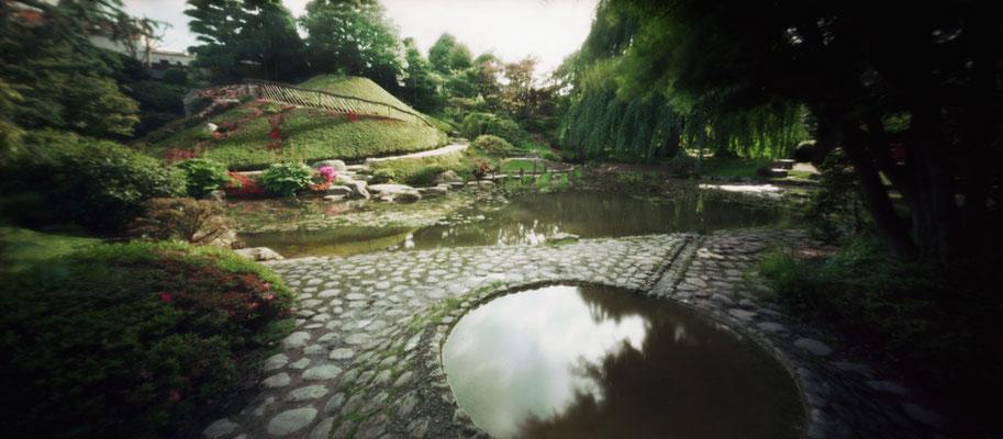 Evocation du mont Fuji, jardin japonais contemporain, Albert Kahn, 2009, L88 cm x H47 cm, 1/30 © Annick Maroussy