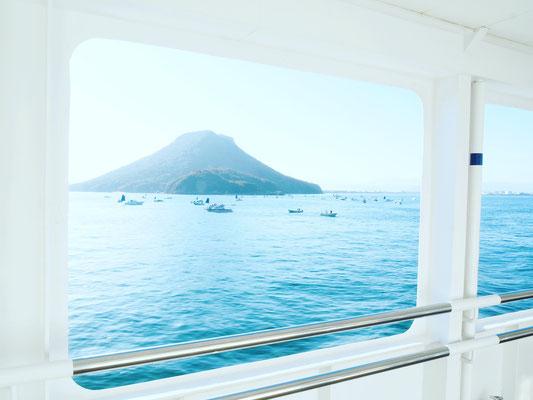 瀬戸内海から屋島を望む