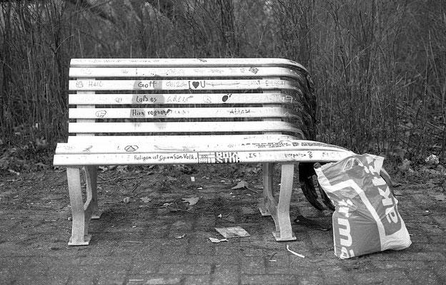 Abgefackelte Sitzbank