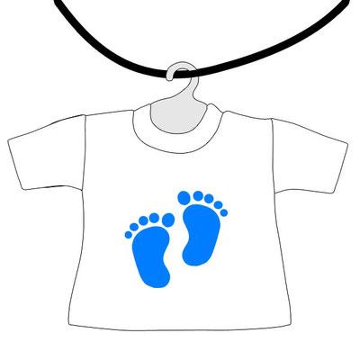 Mini maglietta da appendere al lunotto bimbo a bordo da scrivere il nome con piedini azzurri