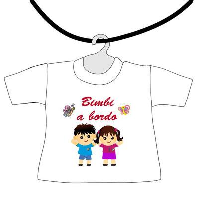 Mini maglietta da appendere al lunotto con scritto bimbi a bordo