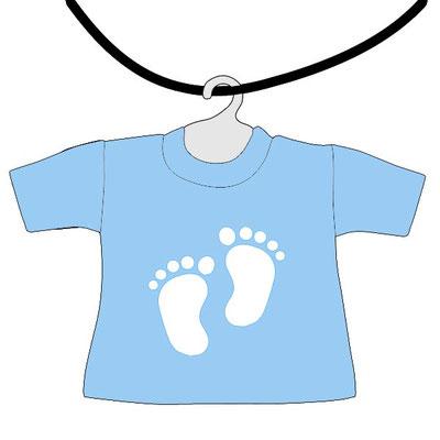 Mini maglietta azzurra da appendere al lunotto bimbo a bordo da scrivere il nome, con piedini bianchi per fondo azzurro
