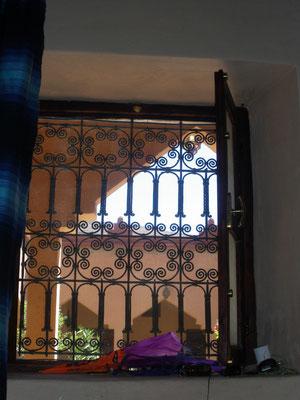Fenêtre fer forgé chambre auberge Terrasse des Délices