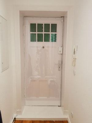Neue Situation: Die Tür ist durch ein 2-riegliges Stangenschloss an der Schloss-Seite und durch die Polycarbonatplatte als Durchtrittschutz gesichert.Auf Kundenwunsch wurde die Platte nicht vollflächig montiert.