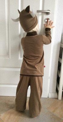 Ochsenkostüm aus Schlafanzug Day & Night und Mütze Bettina mit Hörnern