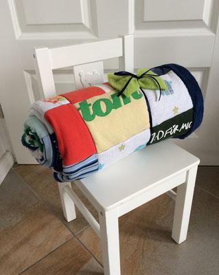 Die fertige Erinnerungsdecke aus der Babykleidung von Tom