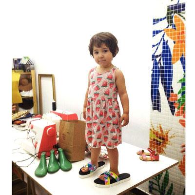 Con las sandalias de su mami, en nuestro taller de calzado
